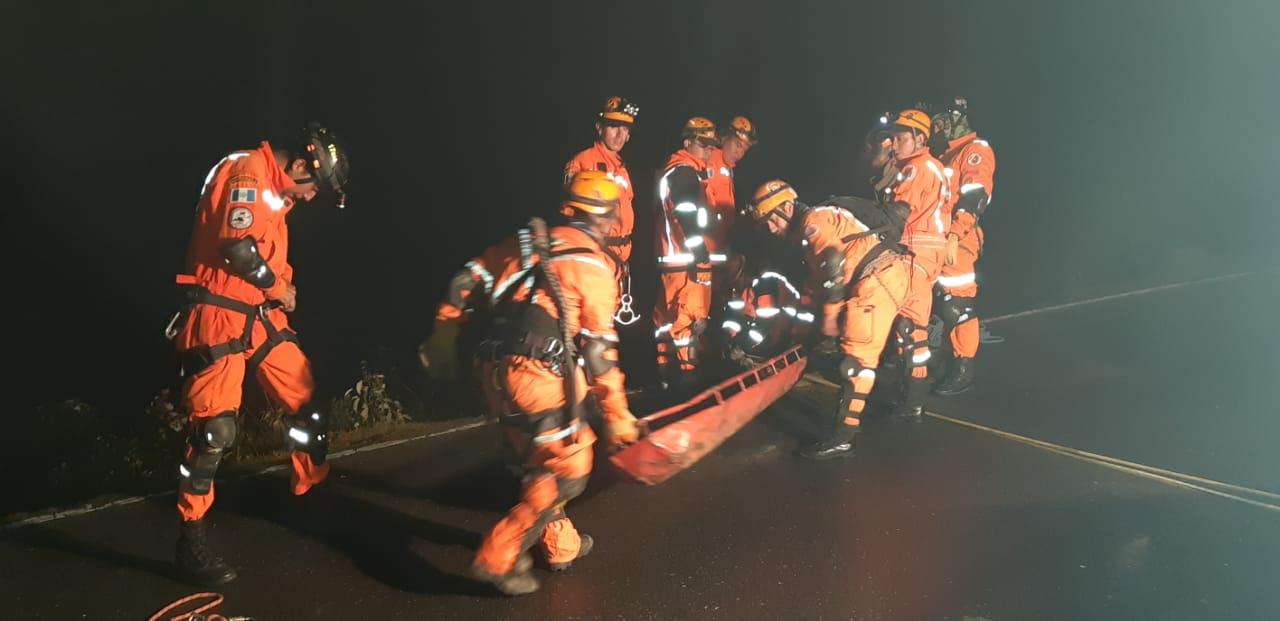 Brigada de rescate trabajó unas dos horas para rescatar a las víctimas en Huehuetenango. (Foto Prensa Libre: Mike Castillo).