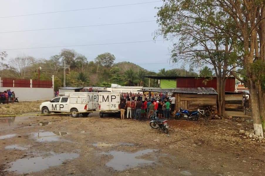 Lugar donde murieron baleados dos sujetos que almorzaban en La Libertad, Petén. (Foto Prensa Libre: Cortesía).