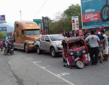Varios vehículos chocaron en el km 81 de la ruta al Atlántico. (Foto Prensa Libre: Cortesía de los Bomberos Municipales Departamentales)