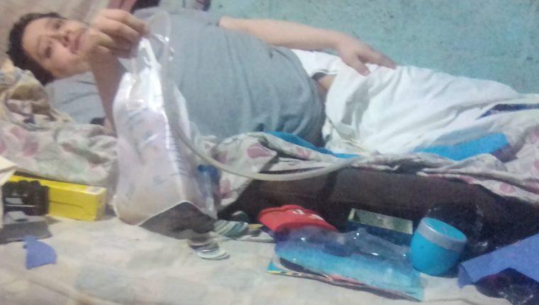 Manuel Cifuentes permanece en su cama debido al accidente que sufrió. (Foto Prensa Libre: Cortesía).