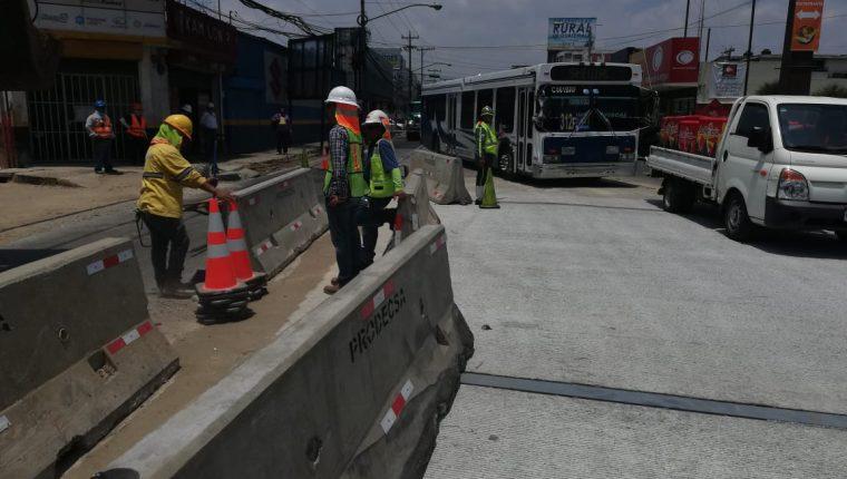 Trabajadores retiran los separadores de concreto para habilitar carriles temporalmente en la Calle Martí. (Foto Prensa Libre: Cortesía Amílcar Montejo).