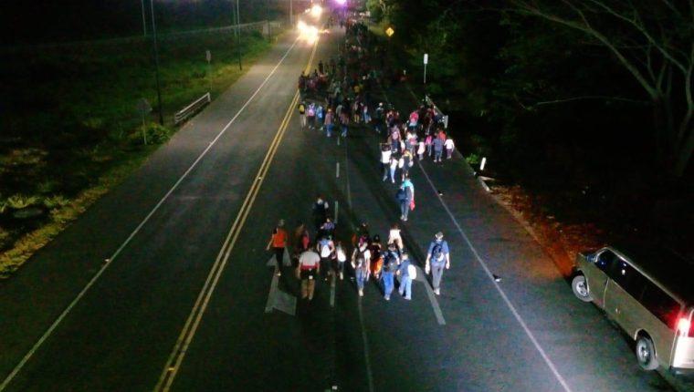 Migrantes hondureños cruzan la frontera en Guatemala y México. (Foto Prensa Libre: Whitmer Barrera).