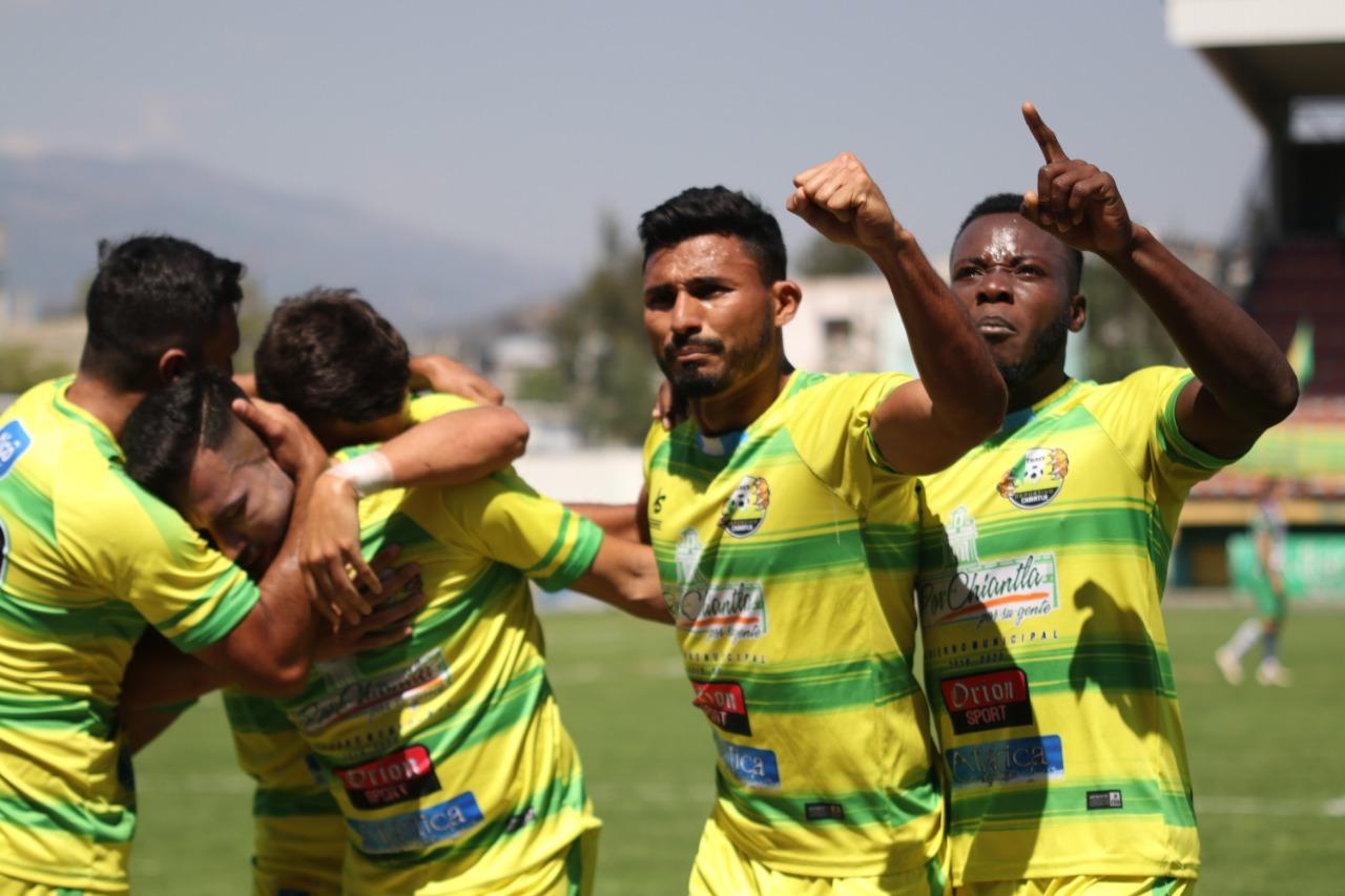 Los jugadores de Deportivo Chiantla celebran el gol de Luis Nieves que les dio la victoria contra Antigua GFC. (Foto Prensa Libre: Mike Castillo)