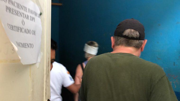 Turistas ingleses asaltados reciben atención médica en Cobán, Alta Verapaz. (Foto Prensa Libre: Eduardo Sam).