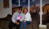 Daddy Yankee junto a su seguidora guatemalteca Veralí Hernández, de 16 años. (Foto Prensa Libre: Cortesía Claudia María Alonzo)