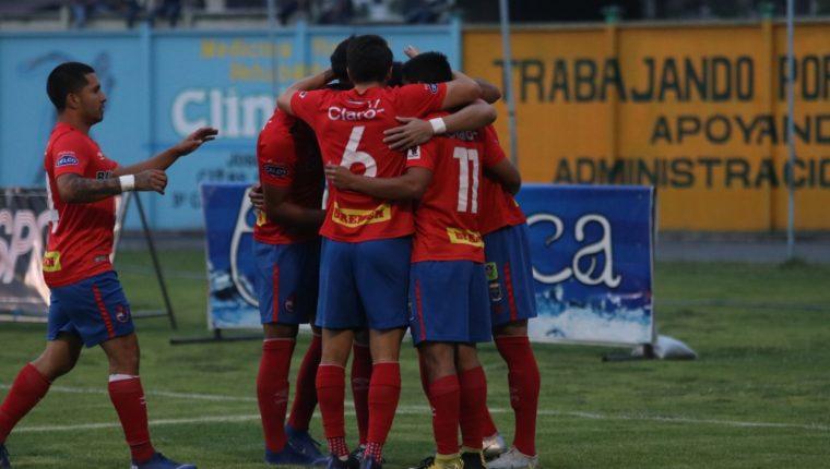Los jugadores de Municipal celebran en la victoria 6-1 contra Chiantla. (Foto Prensa Libre: Mike Castillo)