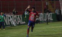 Carlos Kamiani Félix no celebró con euforia por respeto a los jugadores de Deportivo Petapa. (Foto Prensa Libre: Raúl Juárez)