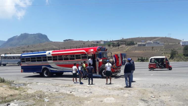 """El bus """"parrillero"""" donde viajó Xelajú MC sufrió desperfectos mecánicos a la altura de Nahualá, Sololá. (Foto Prensa Libre: La Red)"""