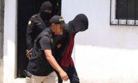Agentes de la Policía Nacional Civil conducen a tribunales a David Alejandro Pascual Argueta de 19 años, señalado de producir pornografía infantil. (Foto Prensa Libre: Cortesía)