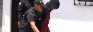 Agentes de la Policía Nacional Civil conducen a Tribunales a David Alejandro Pascual Argueta el día de su captura. (Foto Prensa Libre: Cortesía)
