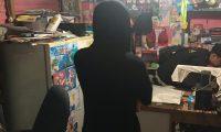 David Alejandro Pascual Argueta, alias Valdroxx, observa cuando un fiscal del Ministerio Público revisa su computadora. (Foto Prensa Libre: Cortesía)