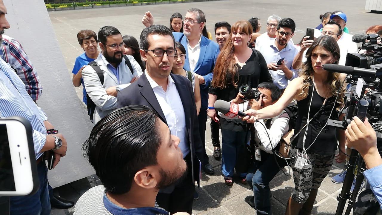 Jonathan Menkos, compañero de fórmula de Thelma Aldana, habla a los medios antes de presentar el amparo. (Foto Prensa Libre: Kenneth Monzón)