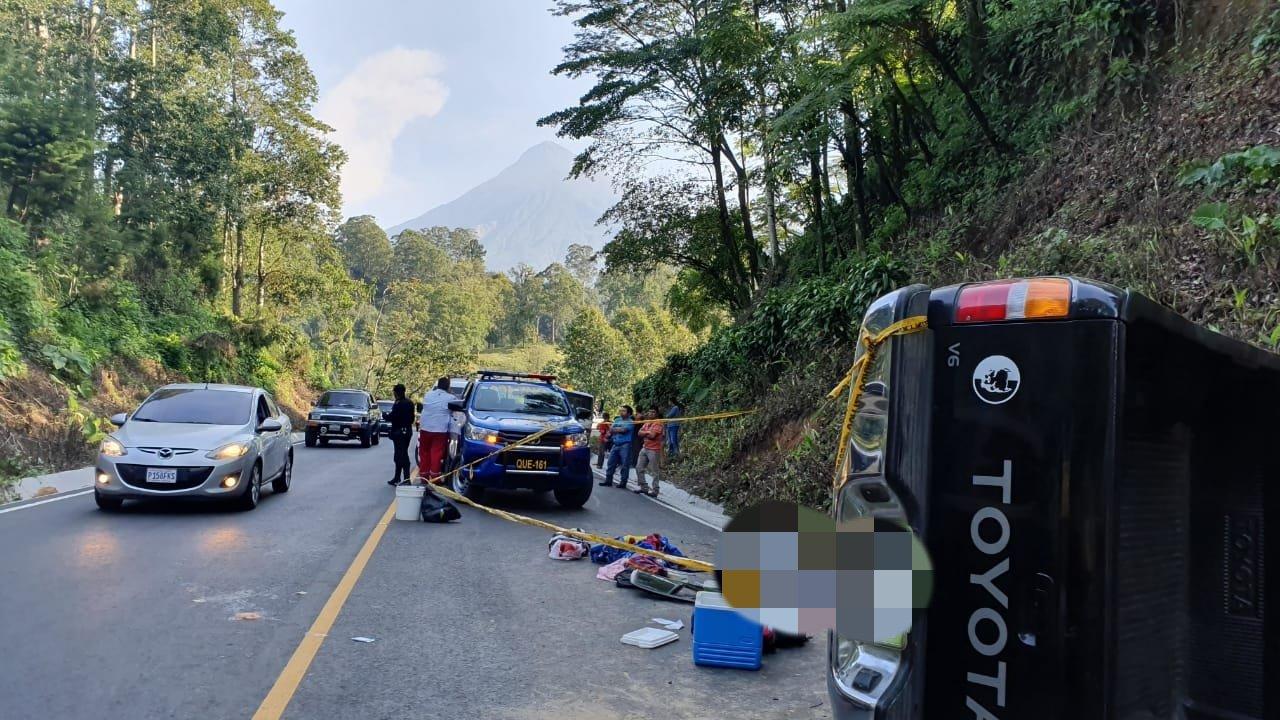 El accidente ocurrió en el km 196 de la ruta entre Retalhuleu y Quetzaltenango. (Foto Prensa Libre: Cruz Roja Guatemalteca)