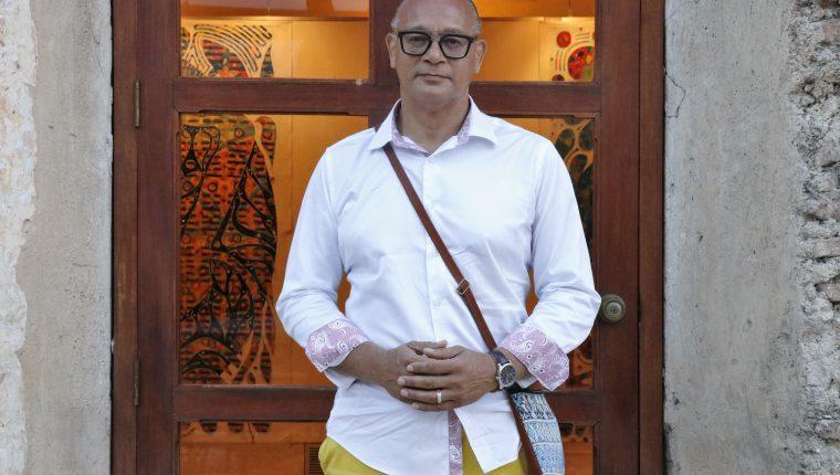 Jocelyn Akwaba es un artista que se inspira en la cosmovisión maya .    (Foto Prensa Libre: Julio Sicán).