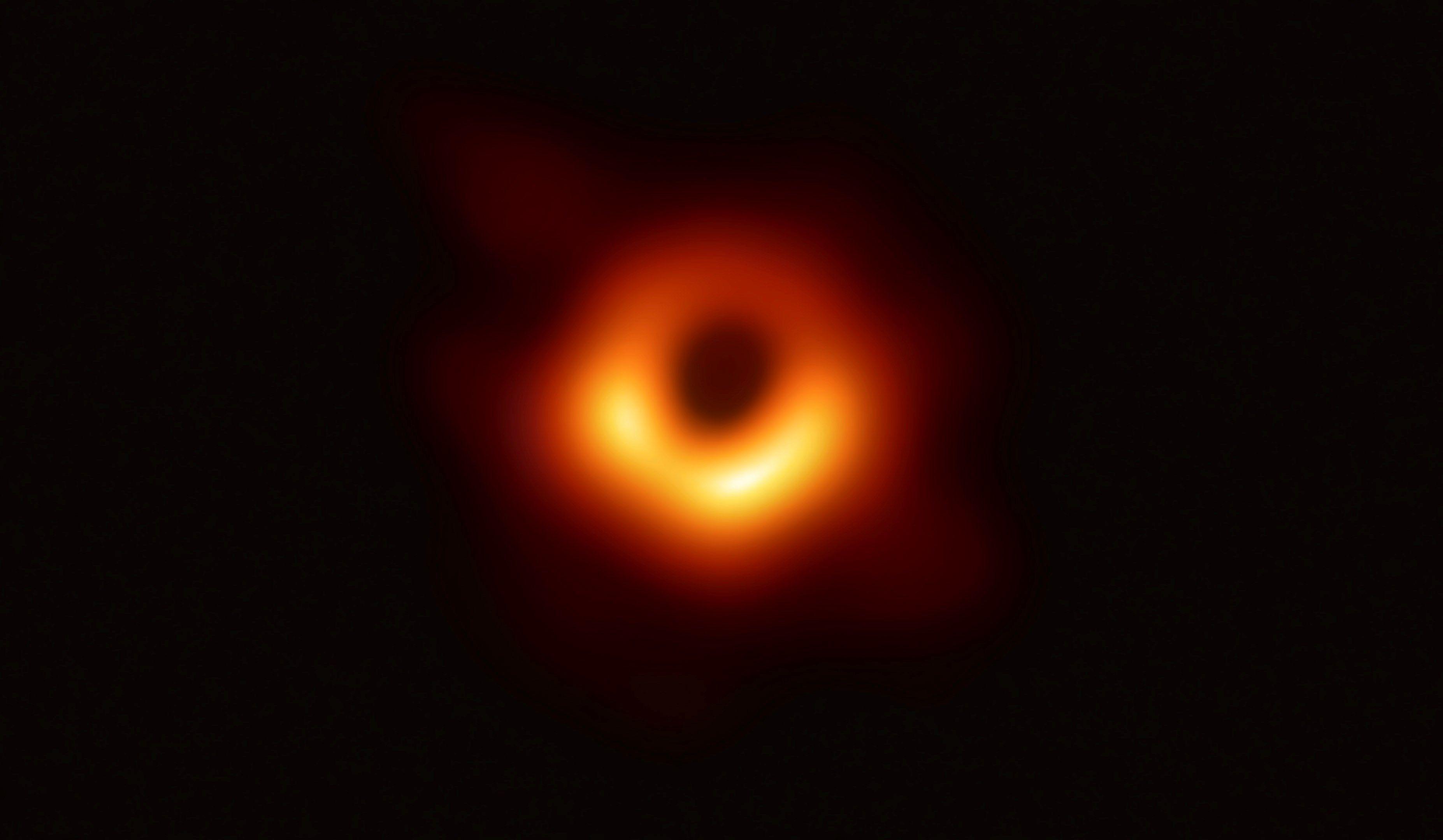 La primera imagen obtenida de un agujero negro, uno de los grandes misterios del Universo. (Foto Prensa Libre: EFE)