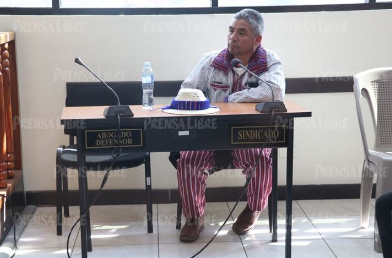 Andrés Mendoza Calmo, alcalde de Todos Santos Cuchumatán, Huehuetenango, llega al juzgado de instancia penal. (Foto Prensa Libre: Mike Castillo)