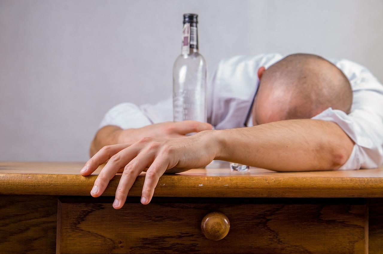Toda persona que bebe alcohol puede tener resaca, pero algunas son más propensas que otras. (Foto Prensa Libre: Servicios)