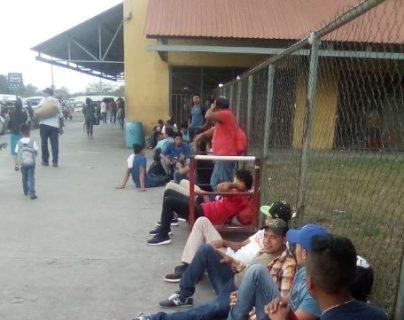 Adultos y varios niños comienzan a llegar a San Pedro Sula, después de la convocatoria para conformar la quinta caravana de migrantes. (Foto: Twitter/@willi_sarmiento)