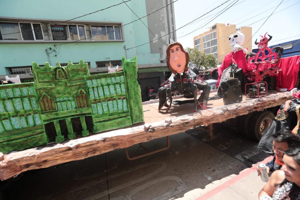 Los estudiantes de la USAC realizaron varias carrozas que critican el acontecer nacional. Foto Prensa Libre: Juan Diego González