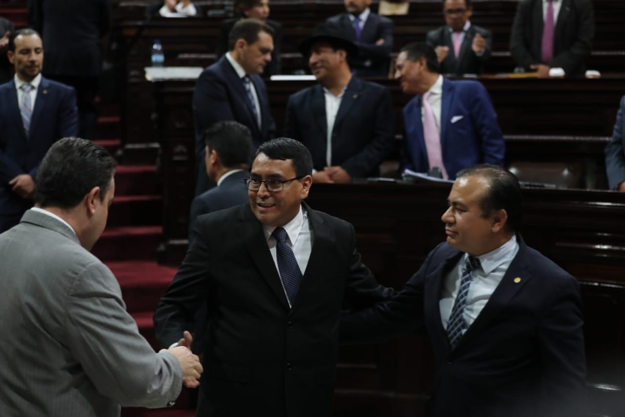 Edwin Humberto Salazar es felicitado por diputados luego de ser juramentado como contralor. (Foto Prensa Libre: Érick Ávila)
