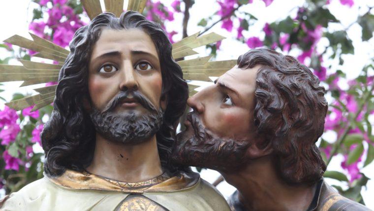 El beso de Judas, representado en uno de los pasos de la iglesia Santo Domingo, en la zona 1 de la capital (Foto Prensa Libre: Óscar Rivas).