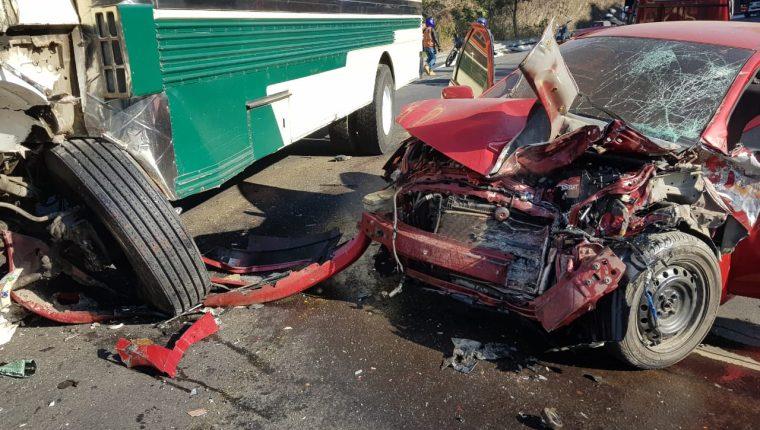 Los Bomberos Municipales Departamentales atienden la emergencia en el km 65 de la Ruta Nacional 14. (Foto Prensa Libre: Cortesía)