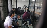 La supuesta banda de asalta turistas enfrenta debate en el Tribunal D. (Foto Prensa Libre: Carlos Hernández)