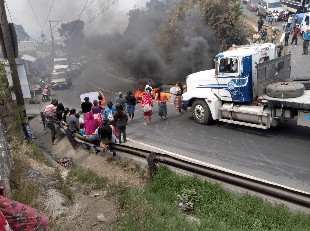 Vecinos mantienen  bloqueado el ingreso a Bárcenas, Villa Nueva.(Foto Prensa Libre:  cortesía  Dalia Santos)