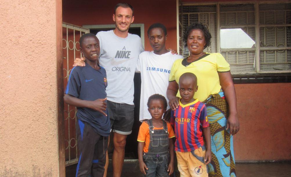 Japhet Sakala junto a su entrenador Jordi Rovira y su familia en Zambia. (Foto FC Barcelona).