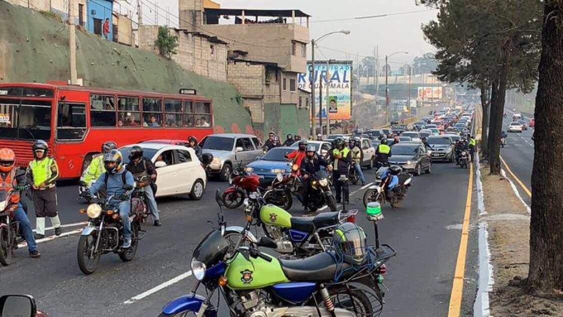 Filas de vehículos por bloqueo en el ingreso a la zona 1 capitalina por manifestación llegaron a la Calzada San Juan