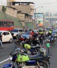 Personas bloquean el ingreso a la Ciudad de Guatemala, al final del Anillo Periférico, donde se manifiestan por falta de agua. (Foto Prensa Libre: Esbin García)