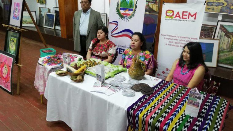 Un grupo de mujeres quetzaltecas ofrece ocho recorridos turísticos para dar a conocer la cultura viva de Xelajú. (Foto Prensa Libre: Mynor Toc)