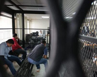 La banda de asaltaturistas escuchó la condena desde la carceleta en la sala de audiencias del Tribunal D. (Foto Prensa Libre: Kenneth Monzón)