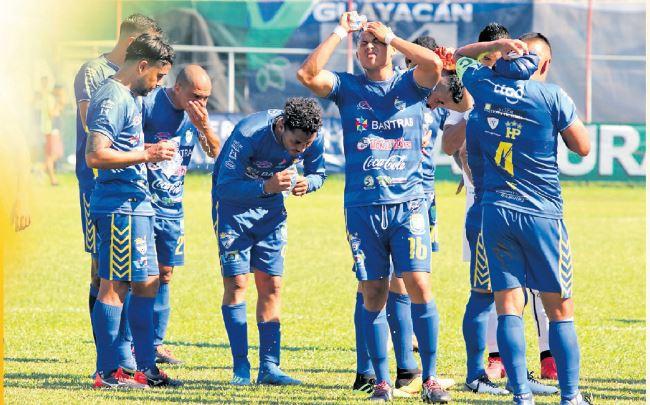 Los futbolistas nacionales están expuestos a las altas temperaturas en diferentes partes del país. (Foto Hemeroteca PL).