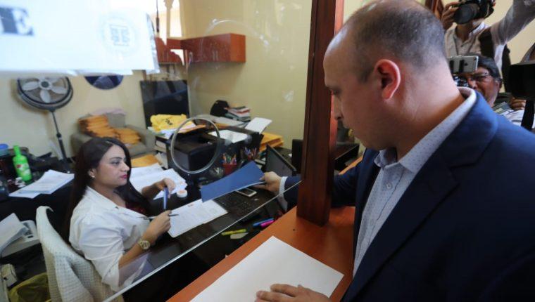 Pedro Cruz de Primero Guatemala presenta una carta y listado de candidaturas con dudas en el Registro de Ciudadanos, (Foto Prensa Libre: Erick Ávila)