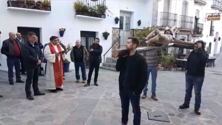 El padre Alejandro García, originario de Santa Rosa, Guatemala, acompaña el rezo del Via Crucis en el pueblo de Canillas de Albaida. (Foto Prensa Libre: Cortesía Ayuntamiento de Canillas)