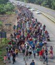 Un grupo de migrantes continúa su camino por Huixtla, México, rumbo a EE. UU. (Foto Prensa Libre: EFE)