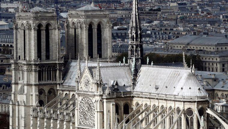 EPA9071. PARÍS (FRANCIA), 15/04/2019.- Fotografía de archivo que muestra la catedral de Notre Dame, desde lo alto de la torre de la Universidad Pierre y Marie Curie, en París, Francia. La catedral de Notre Dame de París, uno de los monumentos más emblemáticos de la capital francesa, está sufriendo un incendio. Las llamas aparecieron sobre las 18.50 de la tarde, poco después de la hora de cierre al público del monumento, que se encontraba en obras de restauración. EFE/ ETIENNE LAURENT