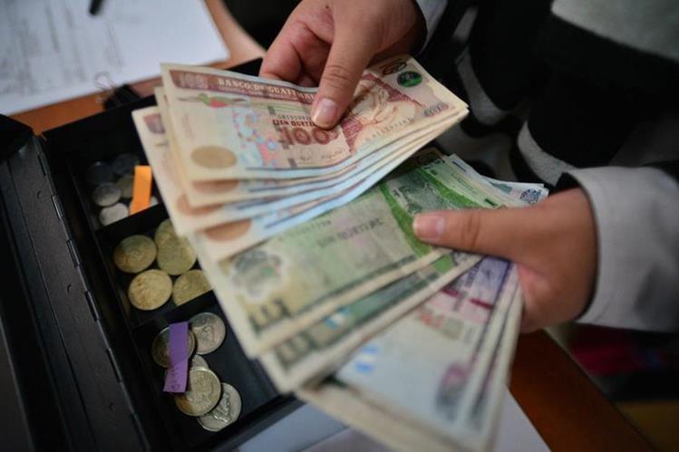 Los bancos del sistema atenderán hasta el Miércoles Santo al medio dia y se espera un incremento de la demanda de papel moneda apartir de este Martes Santo. (Foto Prensa Libre: Hemeroteca)