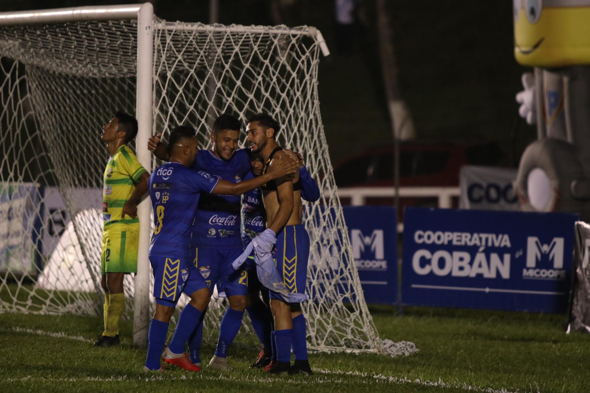 Cobán Imperial aprovechó las bondades de Chiantla y los goleó 3-0 en el estadio Verapaz (Foto Prensa Libre: Eduardo Sam)