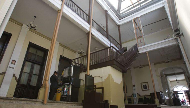 El edifico de la Casa Larrazábal fue declarado de alto riesgo e inhabitable por la Conred. (Foto Prensa Libre: Hemeroteca PL)