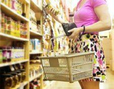 La lógica de los consumidores no es 100% racional, porque algunos no dejarán de comprar aquello que les resulta irreemplazable. (Foto Prensa Libre: Shutterstock)