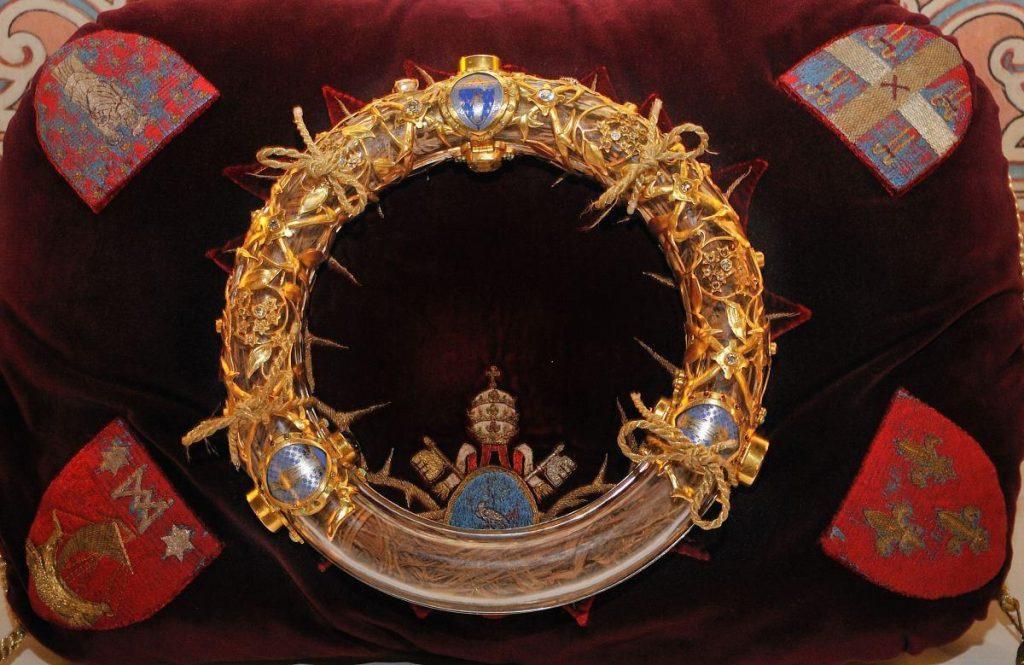 La Corona de Espinas de la Pasión de Cristo estaba resguardada en un relicario dentro de la Catedral de Notre Dame. (Foto Prensa Libre: HemerotecaPL)