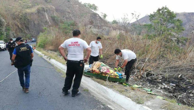 Los Bomberos Voluntarios rescataron los cuerpos mutilados de dos hombres desde un barranco en el kilómetro 10 ruta a Santa Lucía Los Ocotes. (Foto Prensa Libre: @METRO__NOTICIAS)
