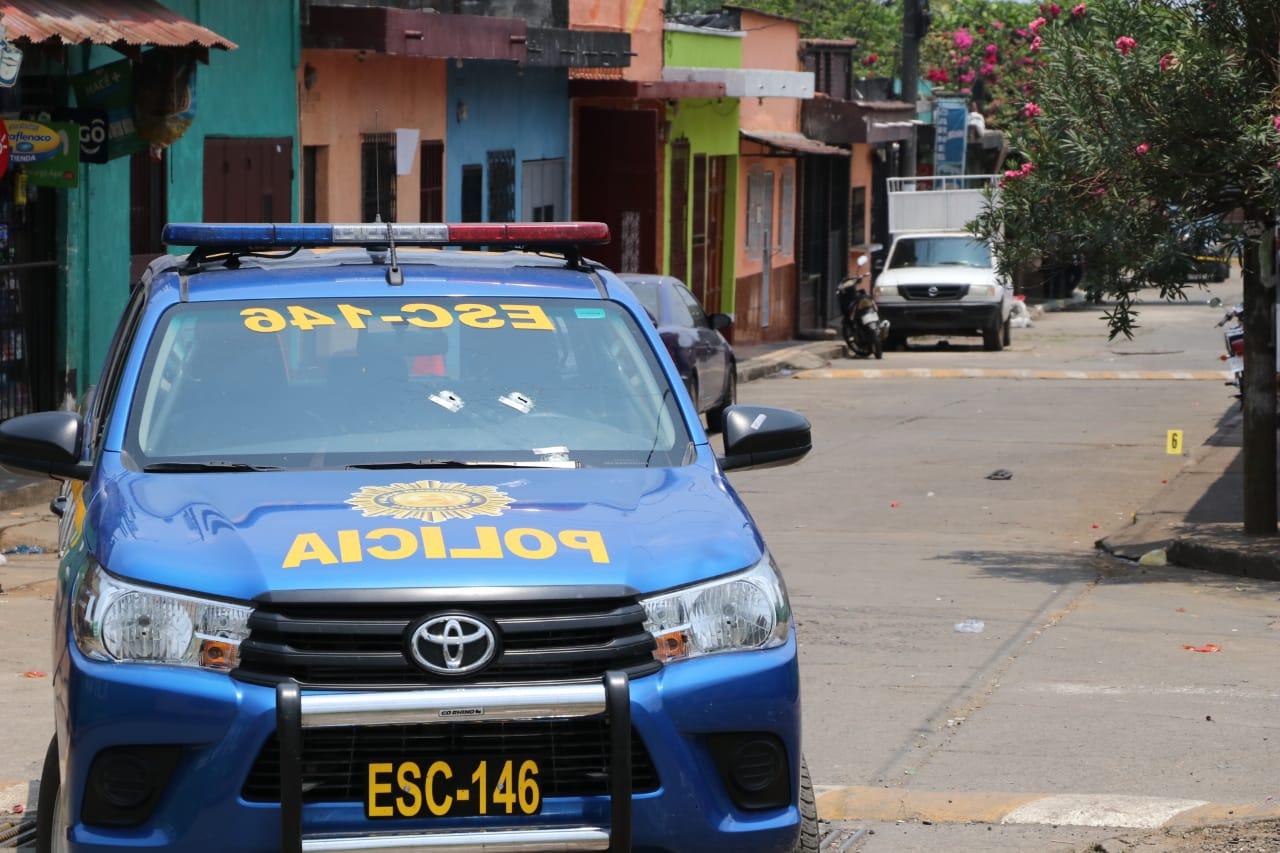 El autopatrulla de la PNC quedó con varias perforaciones de bala, en Escuintla. (Foto Prensa Libre: Carlos Paredes)