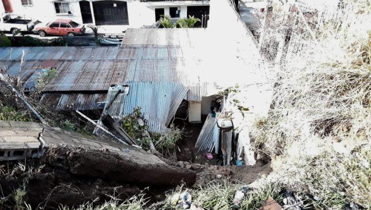 Las primeras lluvias que se presentaron el viernes último en la capital ocasionaron un deslizamiento de tierra en la ruta al Atlántico. (Foto Prensa Libre: Cortesía)