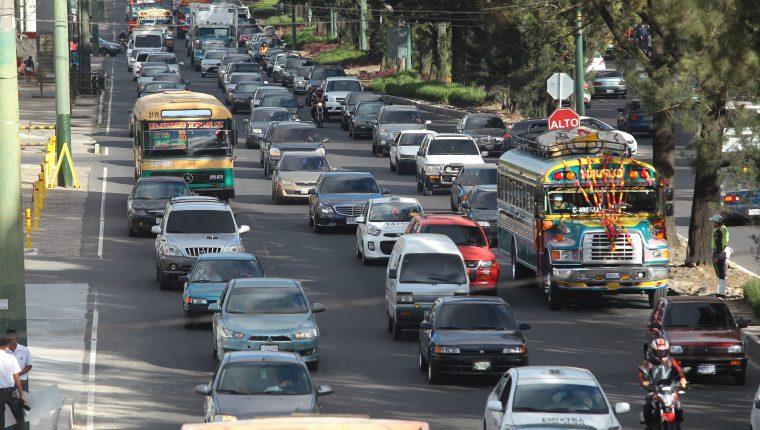 Largas filas de vehículos se observan en la calzada Roosevelt y 6a avenida zona 2 de Mixco. (Foto Prensa Libre: Hemeroteca PL)