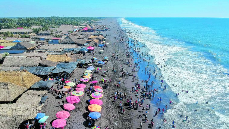 Las playas de la Costa Sur concentrarán una buena parte de turistas nacionales e internacionales durante Semana Santa, por lo que es un sector de mayor demanda de papel moneda. (Foto Prensa Libre: Hemeroteca)