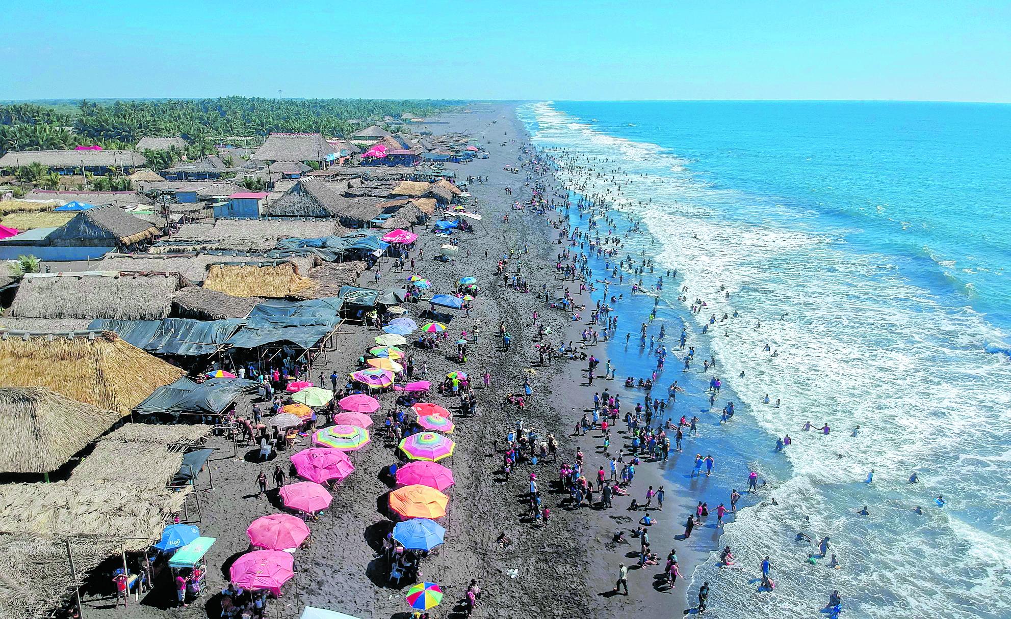 Las playas del pacífico guatemalteco es uno de los lugares que atrae al turismo interno durante Semana Santa, según el Inguat. Varios negocios se beneficiarán de la derrama económica. (Foto Prensa Libre: Hemeroteca)