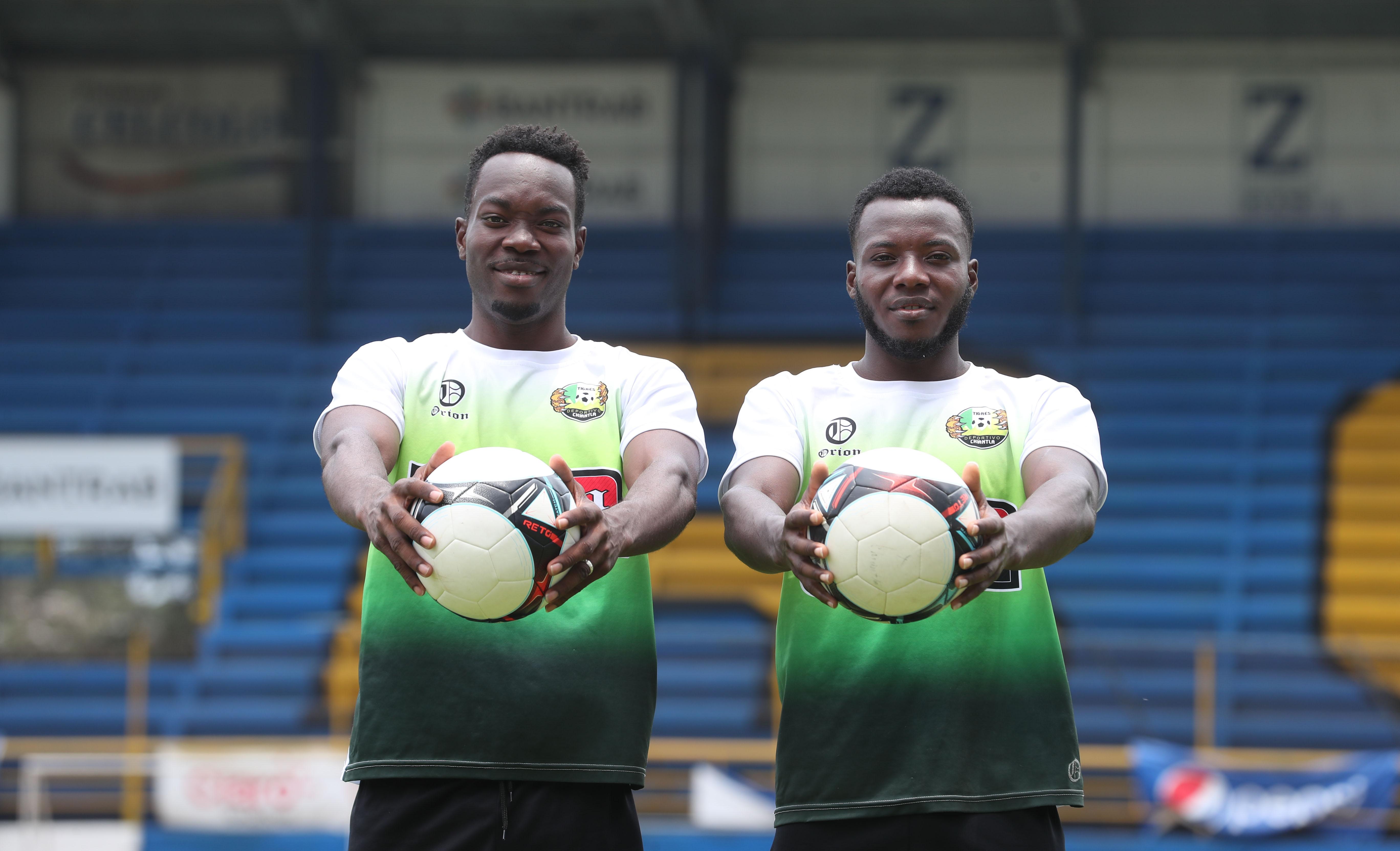 Los hermanos Nathan y Kerivn García representan con orgullo a Deportivo Chiantla. (Foto Prensa Libre: Edwin Fajardo)